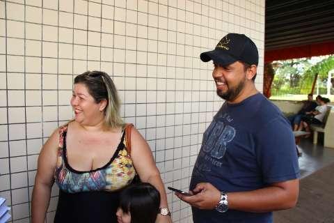 Fãs fazem plantão na Santa Casa na esperança de ver Luciano Huck e Angélica