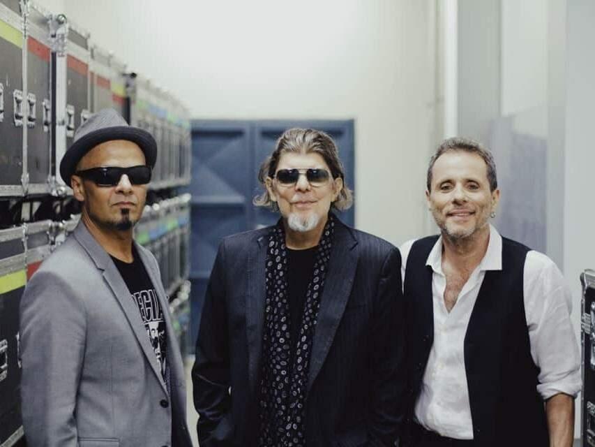 No dia 13 de abril, Titãs revivem como trio no palco do Palácio Popular da Cultura. (Foto: Reprodução/Facebook/Titãs)