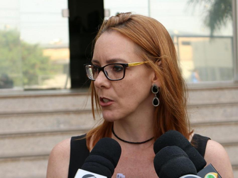 Advogado de Zelito Ribeiro, Andreia Flores, duranta entrevista na saída da PF. (Foto: Henrique Kawaminami).