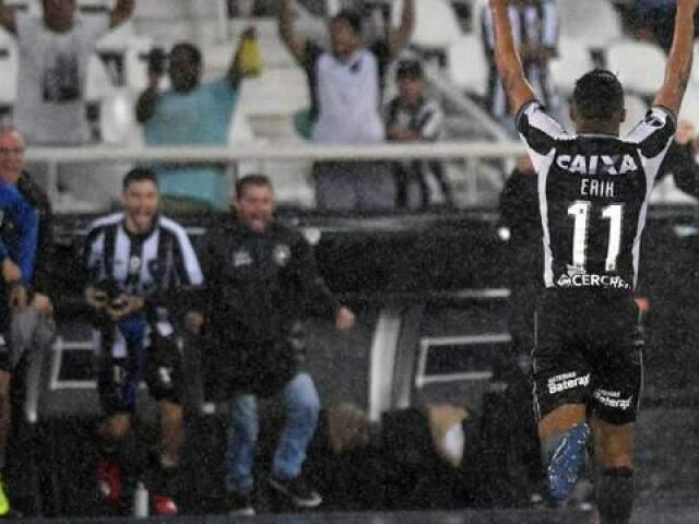 Erik comemorando seu golaço na partida que teve direito a chuva intensa. (Foto: SantosFC)
