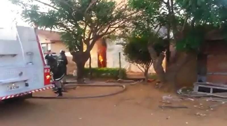 Vizinhos ficaram com medo das chamas se alastrarem para as casas ao redor.