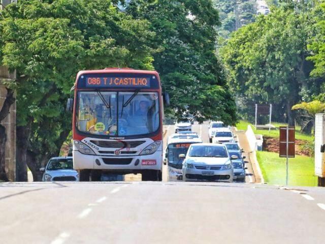 Ônibus da linha Júlio de Castilho na avenida Afonso Pena. (Foto: André Bittar/Arquivo).
