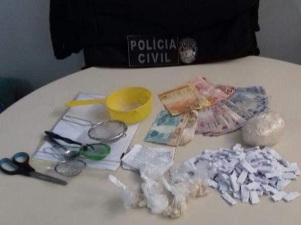 Além das drogas e do dinheiro, a polícia também apreendeu uma arma de brinquedo. (Foto: Divulgação/Polícia Civil)