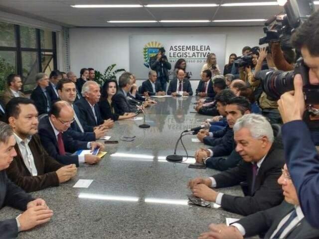 Reinaldo Azambuja ao lado dos deputados na Assembleia (Foto: Leonardo Rocha - Arquivo)