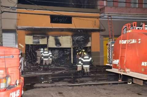 Bombeiros controlam fogo, mas loja foi totalmente destruída no Centro