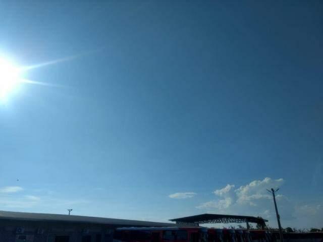 Céu com poucas nuvens e sol forte na tarde desta segunda-feira em Campo Grande (Foto: Kísie Ainoã)