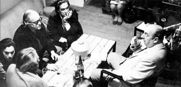 Vinicius, entre os escritores Rubem Braga e Ferreira Gullar, conversa com o poeta chileno Pablo Neruda (D), um dos seus amigos da época em que vivia em Paris como diplomata.