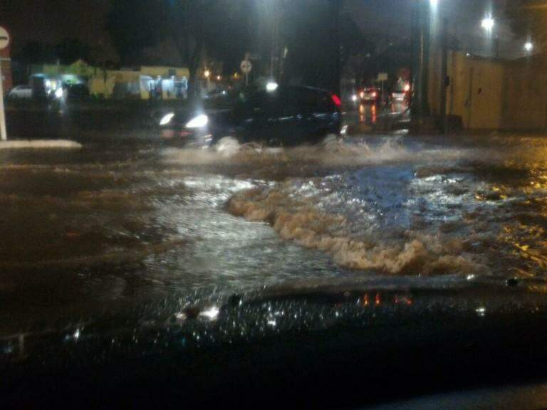 Avenida Afonso Pena alagada. (Foto: Direto das Ruas)