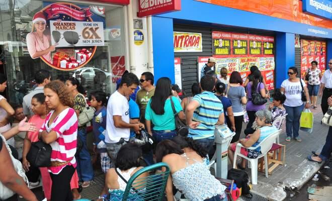 Aproximadamente 50 pessoas já estavam na fila na tarde desta quinta-feira. (Foto: João Garrigó)