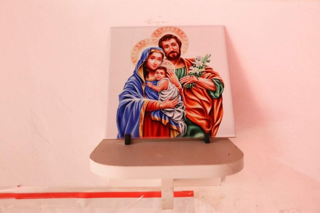 """Retrato da Sagrada Família que a esposa de Eduardo ganhou de um freguês para """"proteger"""" o local (Foto: Paulo Francis)"""