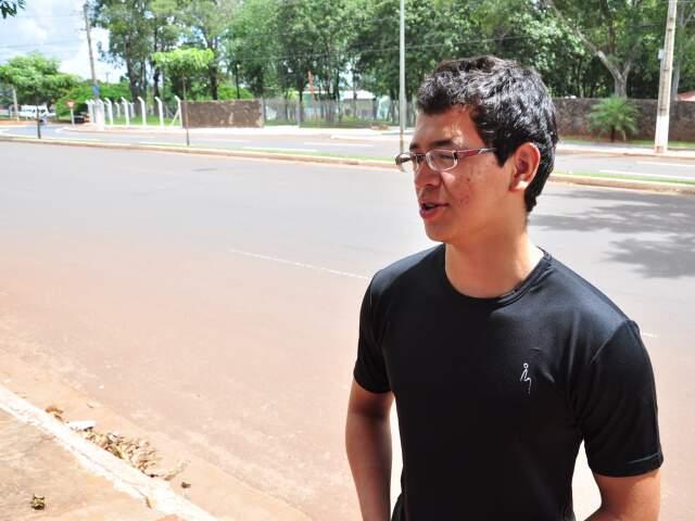 """Alex afirma que os """"rachas"""" acontecem nas noites de sábado envolvendo motocicletas (Foto: João Garrigó)"""