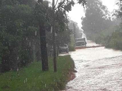 Problema recorrente, estrada vira rio ao chover na Chácara dos Poderes