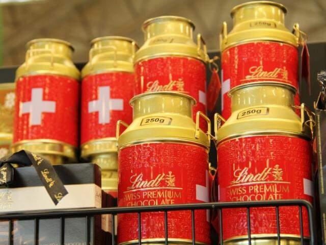 Chocolate suíço, famoso no comércio de importados da fronteira, é vendido no supermercado. (Foto: Marcos Ermínio)