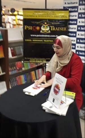 Livro foi lançado em noite de autógrafos, na quarta-feira.