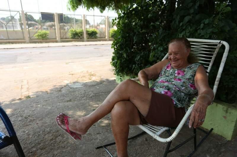 Moradora há 66 anos da região, dona Jonia só não aproveita as cadeiras à sombra para tomar tereré. (Foto: Marcelo Victor)