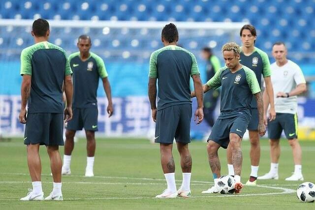 A Seleção Brasileira treinou ontem à tarde no Rostov Arena e os jogadores aprovaram as condições do gramado para o jogo de estreia neste domingo (Foto: Lucas Figueiredo/CBF)