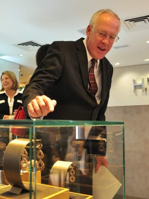 Christian Hallot mostra peças em 3 tons de ouro, em loja da H.Stern no Shopping Campo Grande.