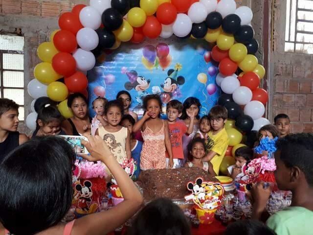 Além dos aniversariantes, a festa é aberta para as crianças da comunidade a à algumas mães. (Foto: Acervo Pessoal)