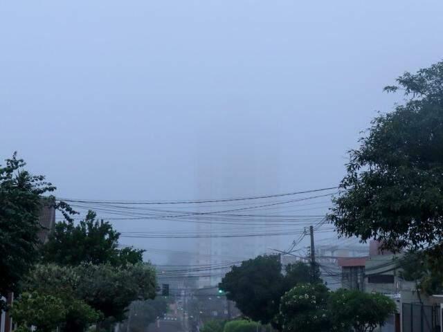 Tempo amanheceu nublado em Campo Grande, mas previsão é de calor. (Foto: Henrique Kawaminami)