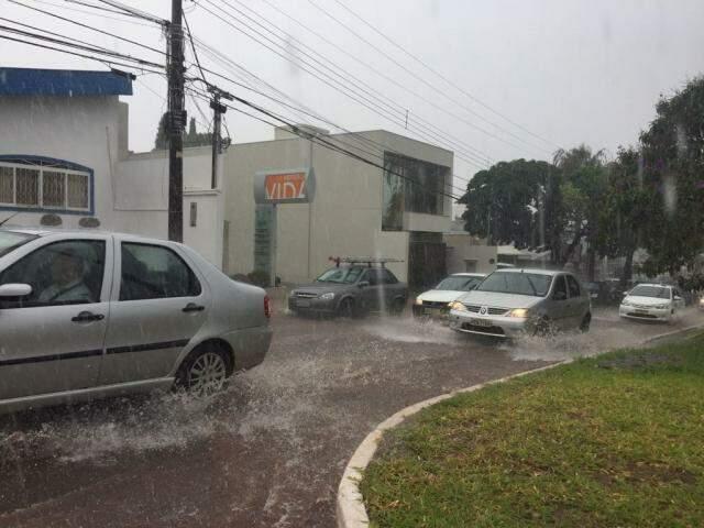 Chuva que atinge a Capital na Avenida Mato Grosso com a Espírito Santo. (Foto: Bruna Kaspary)