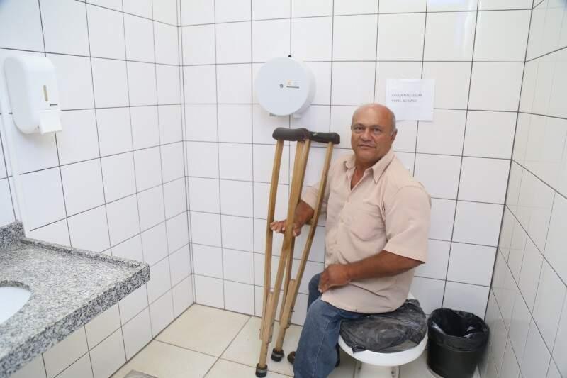 João tentou usar um dos banheiros para deficientes, mas local estava interditado. (Foto: Fernando Antunes)