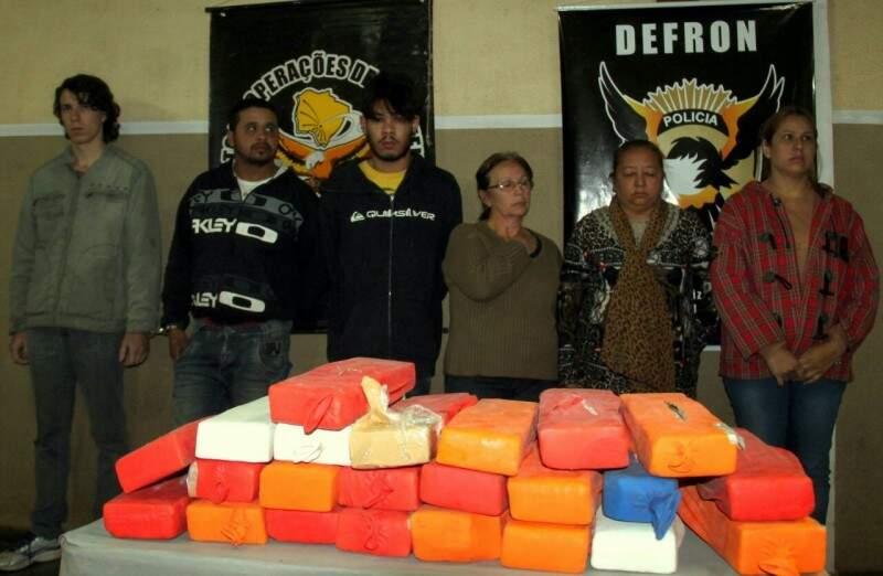 Foram apreendidos 23 tabletes de maconha, totalizando 21 quilos. (Foto: Adilson Domingos)