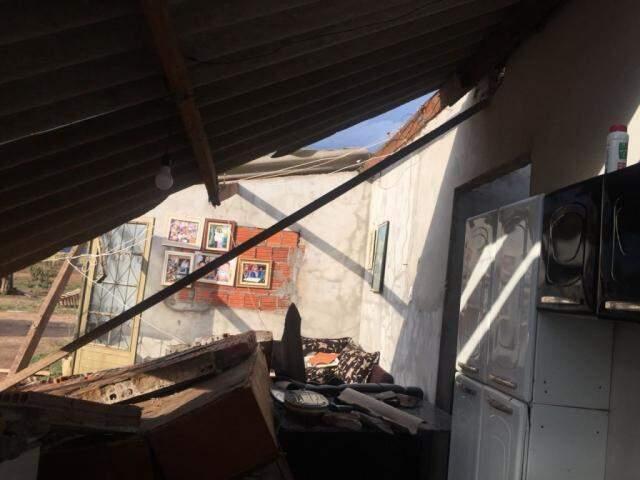 Casa destruída pelo vento em Caarapó (Foto: divulgação/Defesa Civil)