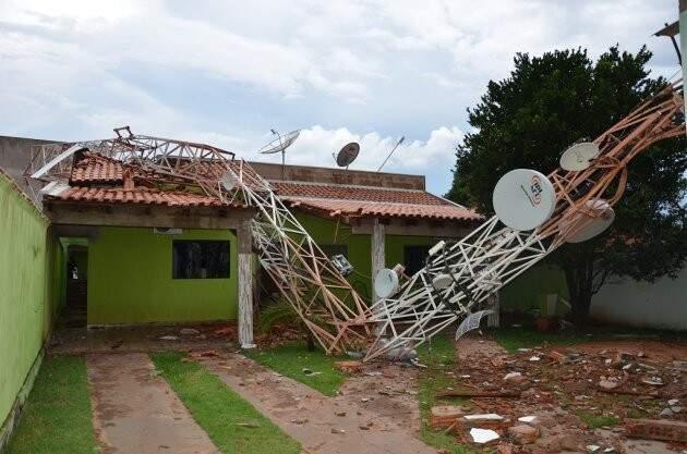 Antena caiu em cima de casa durante a chuva. (Foto: Luciana Aguiar/Costa Rica em Foco)
