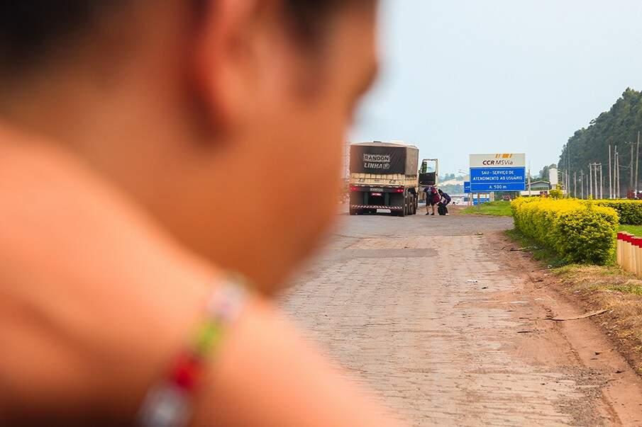 Ao fundo, um caminhoneiro dando carona para uma das duplas (Foto: Marcos Ermínio)