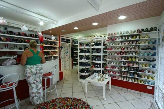 Loja tem estoque com milhares de sapatinhos infantis.