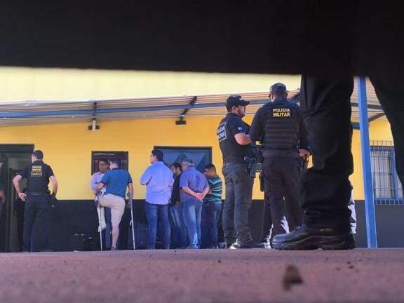Policiais na chegada dos presos da operação no Centro de Triagem. (Foto: Kísie Ainoã/Arquivo).