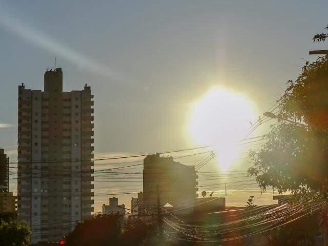 Dia amanheceu com céu aberto em Campo Grande. Temperatura máxima será de 32°C. (Foto: Henrique Kawaminami)