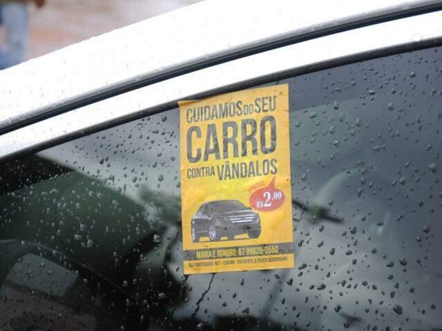 Fanfletos é a nova técnica dos flanelinhas para garantir uns trocados do motoristas. (Foto: Paulo Francis)