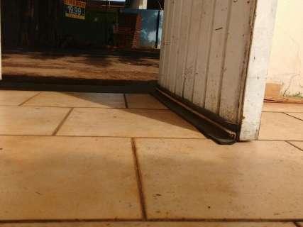 Na Brilhante, chuva invade casas e danifica estoque de cimento