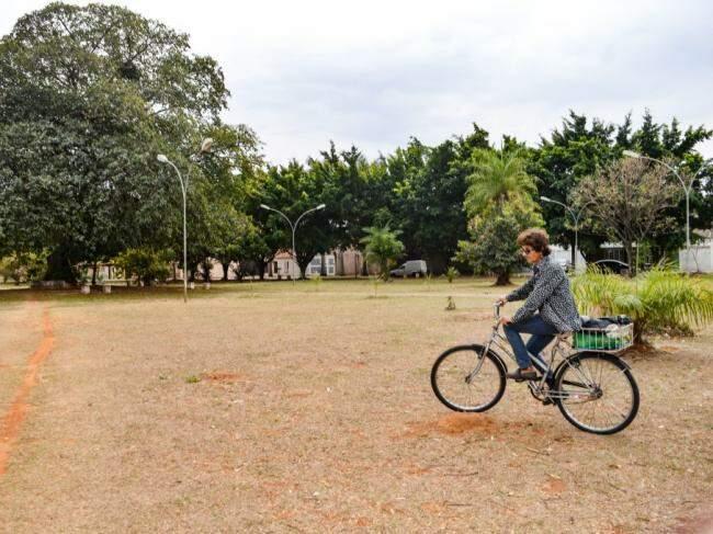 Em sua bicicleta, Josi carrega as garrafas com água (Foto: Alana Portela)