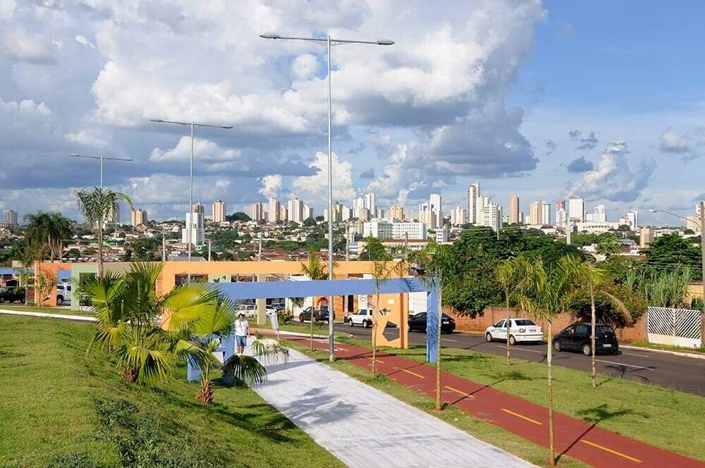 O caminho dos trilhos da ferrovia virou Orla Morena, uma avenida urbanizada e estruturada com pista de caminhada, aparelhos de alongamento e ginástica, ciclovia, playgrounds, praças e quiosques (Foto: Divulgação)
