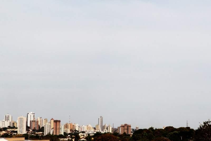 Nuvens se avolumam e encobrem céu na manhã de hoje em Campo Grande.  (Foto: Marcos Ermínio)