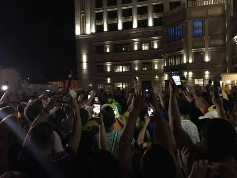 Animada, torcida brasileira fez plantão na porta do hotel desde o final da tarde a espera da Seleção