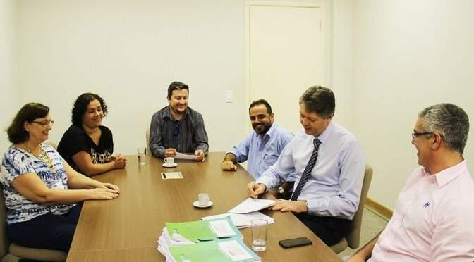Secretário assinou ontem (4) licenças prévias para instalação de 10 usinas no interior do Estado. (Foto: Semade/ Divulgação)