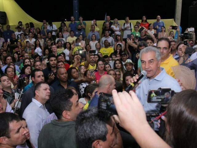 Reinaldo Azambuja durante a festa no seu comitê central (Foto: Kisie Ainoã)
