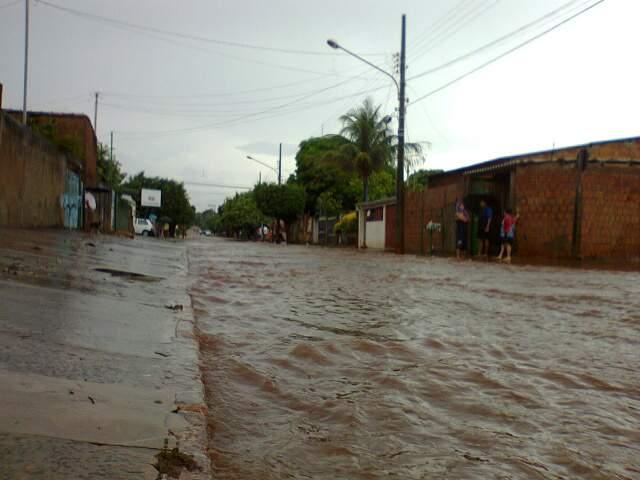 Rua se transformou em rio na Vila Nhá-Nhá (Foto: Fábio Augusto)