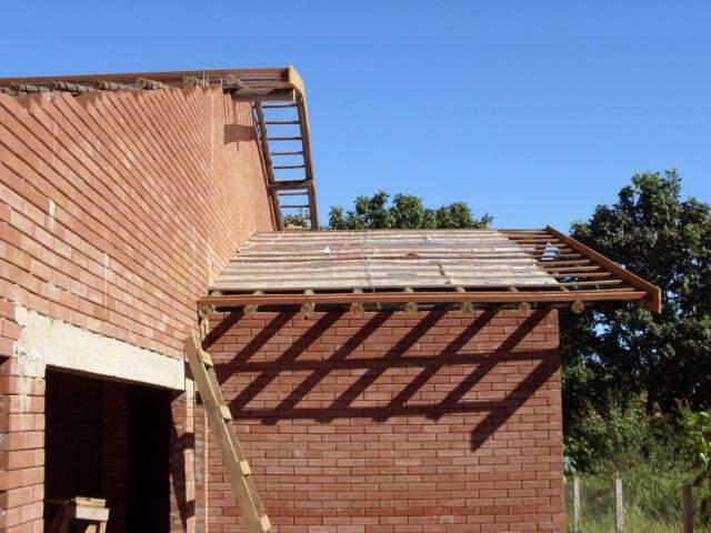 Na construção da casa, é possível ver a manta feita com caixas de leite, para melhorar o isolamento térmico. (Foto: João Paulo Gonçalves)