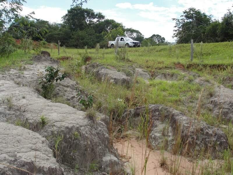 Processo erosivo que atinge a região da estrada CG-140 e causa assoreamento em rios que cortam bacia que abastece a Capital. (Foto: Divulgação MPE)