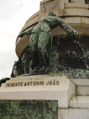 """Antônio João, na """"pose"""" que eternizou o tenente. (Fotos: Ângela Kempfer)"""