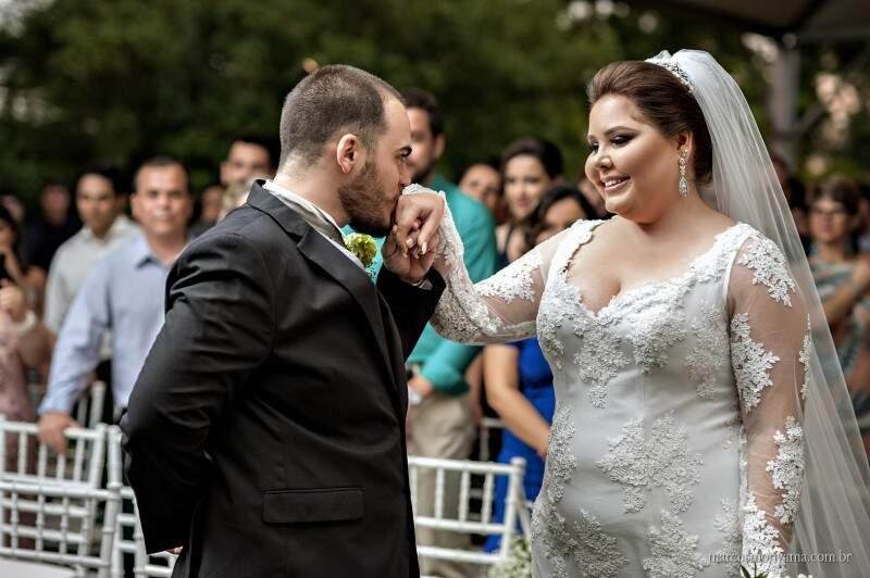 Gabriela e o noivo, Guilherme no altar. (Foto: Marcus Moriyama)