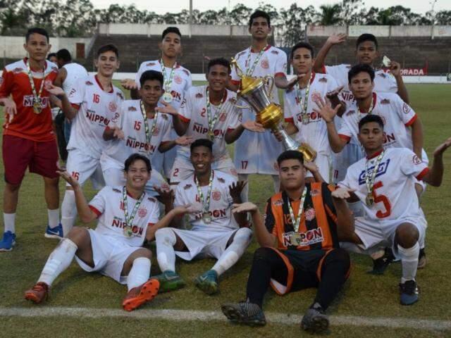 Jogadores do Seduc com o troféu de campeão do Estadual sub-17 (Foto: Noé Faria)