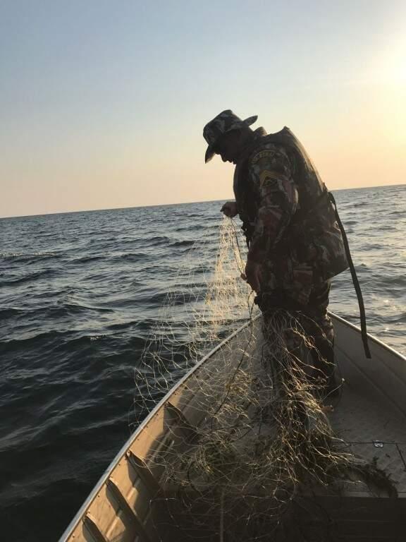 Policiais militares ambientais apreendendo redes de pesca irregulares (Foto: Divulgação/ PMA)