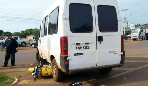 Motociclista de 24 anos morre em acidente com van da prefeitura