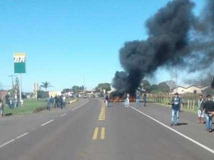Caminhoneiros colocam fogo em pneus e fecham rodovias em MS
