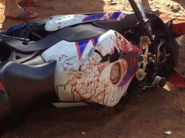 Sangue ficou na moto em que a vítima conduzia. (Foto: Direto das Ruas)